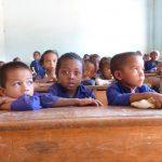 Photos d'enfants habillés en violet dans une salle de classe