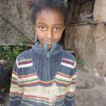 Photo d'une petite fille portant un pull rayé