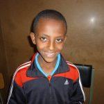Photos d'un petit garçon souriant à l'appareil photo