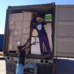 Deux personnes déchargeant un camion