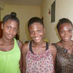 Trois femmes prenant la pose et souriant à l'appareil