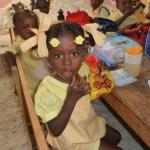 photo d'une petite fille habillée en jaune