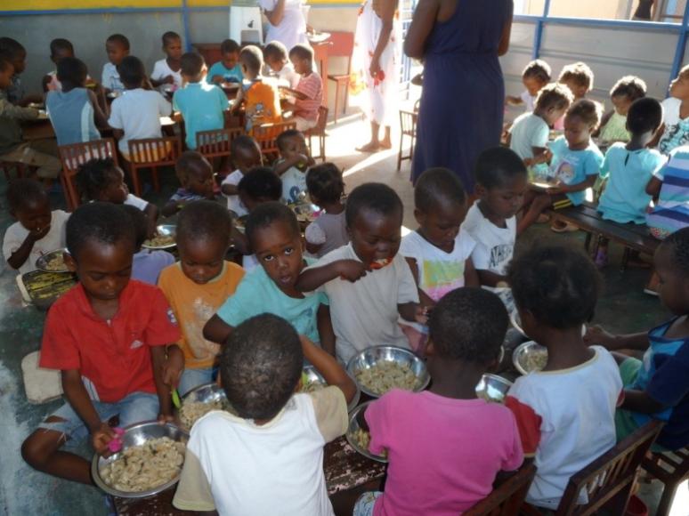 Photos d'un groupe d'enfants portant des tee-shirt colorés