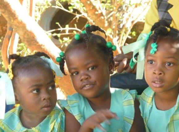 Photos de trois petites filles habillées en vert
